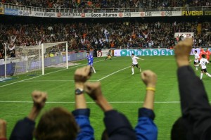 David_Villa_scoring_a_penalty_against_Sevilla_valencia-football